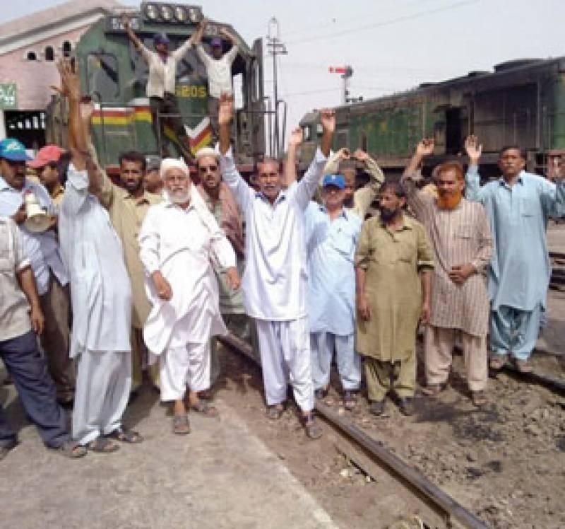 تنخواہیں نہ ملنےپرریلوےایمپلائیزیونین نےملک بھر میں ریلوے کا پہیہ جام کرنےکااعلان کرتےہوئےکئی ٹرینیں روک دیں۔