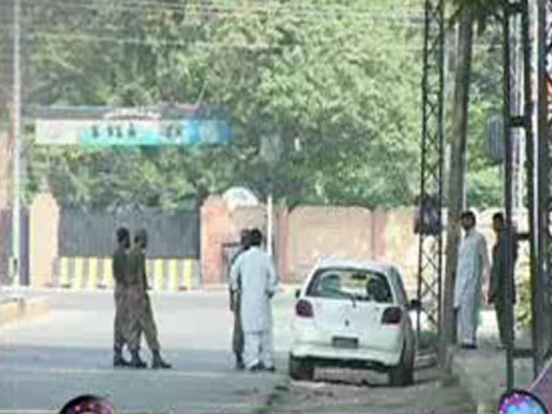 پشاور کے نواحی علاقے متنی ميں گاڑی پر نامعلوم افراد کی فائرنگ، دو افراد جاں بحق اورتین زخمی ۔