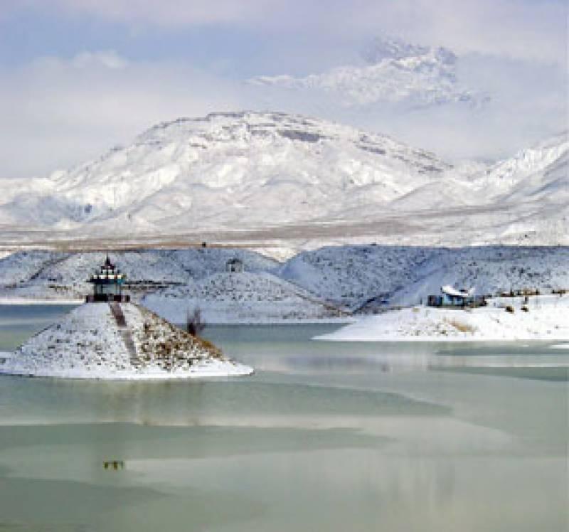 ملک کے بالائی علاقے انتہائی سردی کی لپیٹ میں آگئے، برف باری کا سلسلہ تھم جانے کے باوجود بیشترعلاقوں میں درجہ حرارت نقطہ انجماد سے گرگیا ہے۔