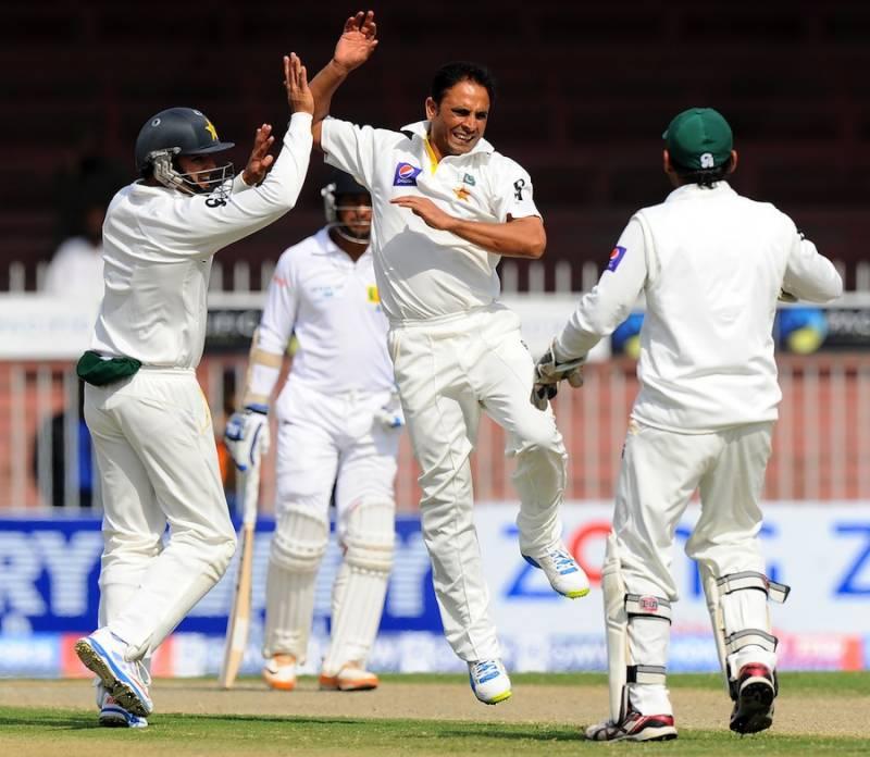شارجہ ٹیسٹ کے دوسرے روز  سری لنکا دوسوبیس رنز پانچ کھلاڑی آؤٹ سے اپنی پہلی اننگز جاری رکھے گا،پہلے روز پاکستانی باؤلرز اپنا جادو جگانے میں ناکام نظر آئے .