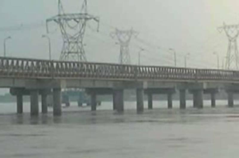 دریائے سندھ میں سیلابی ریلے سے لیہ  کے سو سے زائد زیرآب آگئے. متاثرین کیلئے لگائے گئے کیمپوں  میں تعینات عملہ  مدد کی بجائے ڈیوٹی سے غائب ہے۔