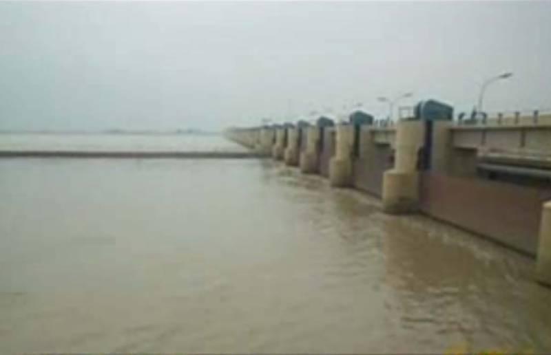 ملک  بھر میں بارشوں کےباعث ڈیموں میں پانی کی سطح بلند ہونے پر تربیلا  منگلا، راول  اورخان پور ڈیم کے سپل ویز کھول دئے گئے۔