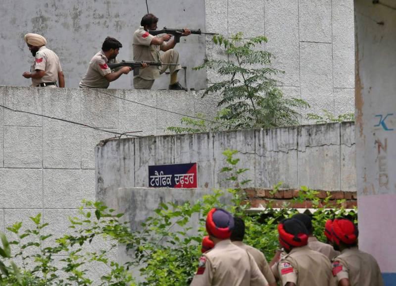 بھارتی شہرگورداس پور میں نامعلوم مسلح افرادکے حملے میں7 پولیس اہلکاروں سمیت 12 افرادہلاک ہوگئے ہیں