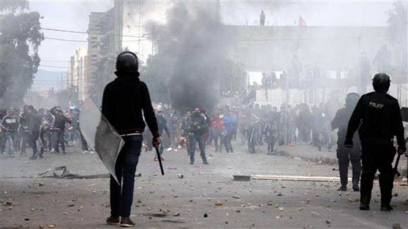 تیونس میں بے روز گاری کے خلاف احتجاج,ملک بھر کرفیو نافذ,پُرتشدد مظاہروں کے نتیجے میں ایک پولیس اہلکار کی ہلاکت اور تیس سے زائد مظاہرین زخمی
