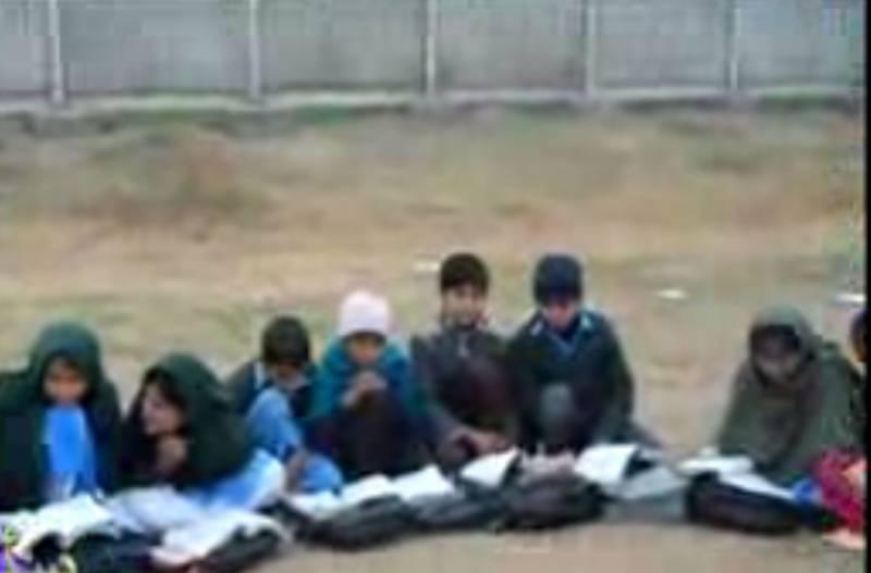 تعلیم کے فروغ کیلئے اربوں روپے مختص ہونے کے باوجود پنجاب میں کئی سکول ایسے بھی ہیں جہاں عمارت ہے اور نہ بچوں کے بیٹھنے کیلئے فرنیچر