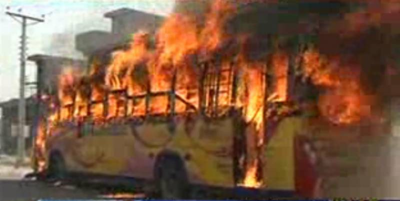 ملتان میں بہاؤالدین زکریا یونیورسٹی کی بسوں نے2ختلف مقامات پر2افراد کوٹکرما دی،ورثاموقع پرپہنچ گئےاوربس کوآگ لگادی
