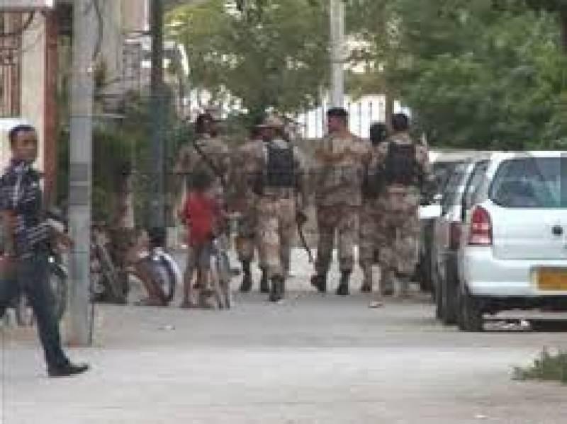 کراچی میں رینجرزکےہاتھوں گرفتارٹارگٹ کلرکاشف عرفdevidکی نشاندہی پررینجرزنےعزیزآباد قبرستان میں دفن اسلحہ برآمدکرلیا