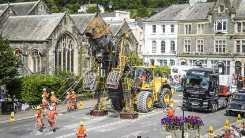برطانیہ میں دنیا کے سب سے بڑے مشینی کٹھ پتلے کو  نمائش کے لیے عوام کے سامنے پیش کردیا گیا