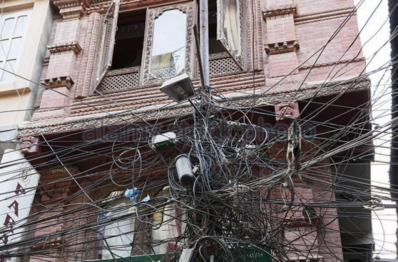 لاہور میں بجلی کی لٹکتی تاریں کسی بھی وقت خوفناک سانحے کا سبب بن سکتی ہیں،