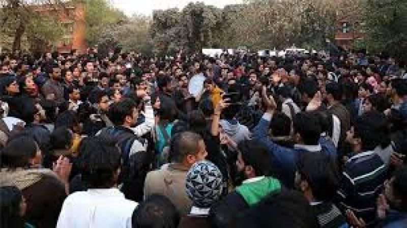 مودی سرکار کی پالیسیوں کے خلاف طلبا بھی میدان میں آگئے جواہر لال نہرو یونیورسٹی کے طلبا نےنریندر مودی کو حیوان قرار دےکر پتلا نذر آتش کردیا