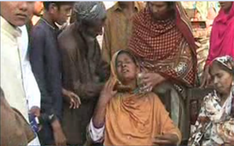 قبضہ مافیا کے خلاف کارروائی نہ ہونے پر سرائے مغل کی رہائشی بیوہ خاتون نے بچوں اور اہل علاقہ کے ہمراہ پریس کلب کے باہر احتجاجی مظاہرہ کی