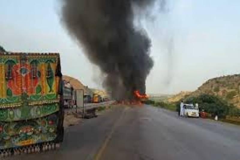 کراچی میں آئل ٹینکر بریک فیل ہونے کے باعث الٹ گیا۔