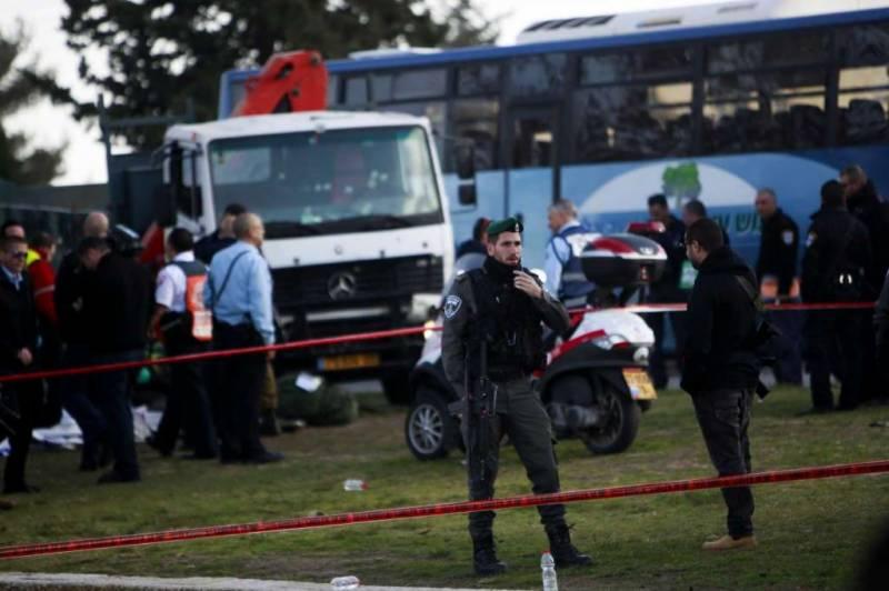مقبوضہ بیت المقدس میں ایک تیز رفتار ٹرک نے اسرائیلی فوجیوں کو کچل ڈالا، جس کے نتیجے میں چار اہلکار ہلاک جبکہ پندرہ زخمی ہوگئے