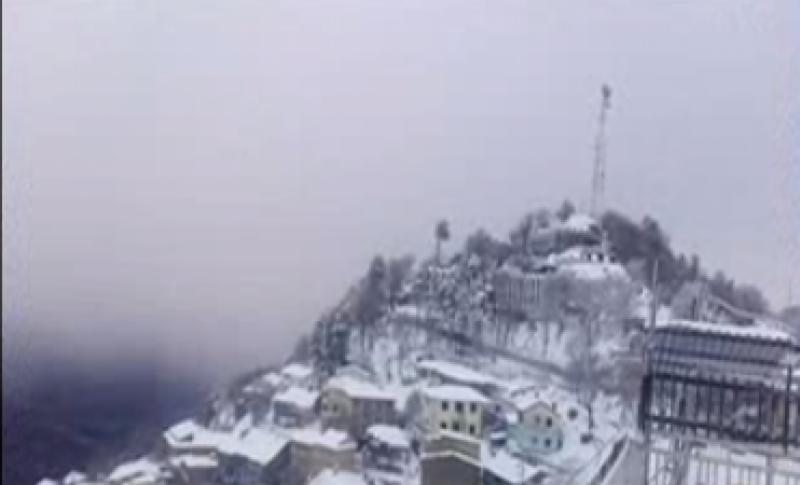 ملک بھر میں شدید سردی کی لہر برقرار ہے،میدانی علاقے ٹھٹھر گئے،بالائی علاقوں میں برفباری نے نظارے ہی بدل دئیے