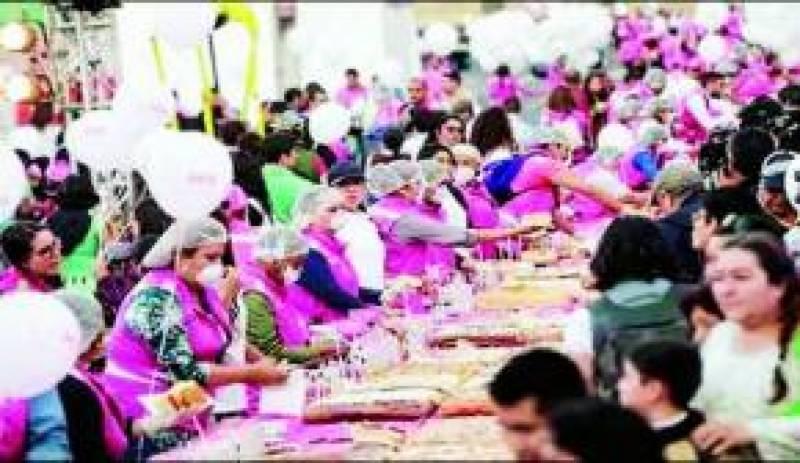 میکسیکو میں شہری 9 ہزار 371 کلو گرام وزنی کیک کھا گئے