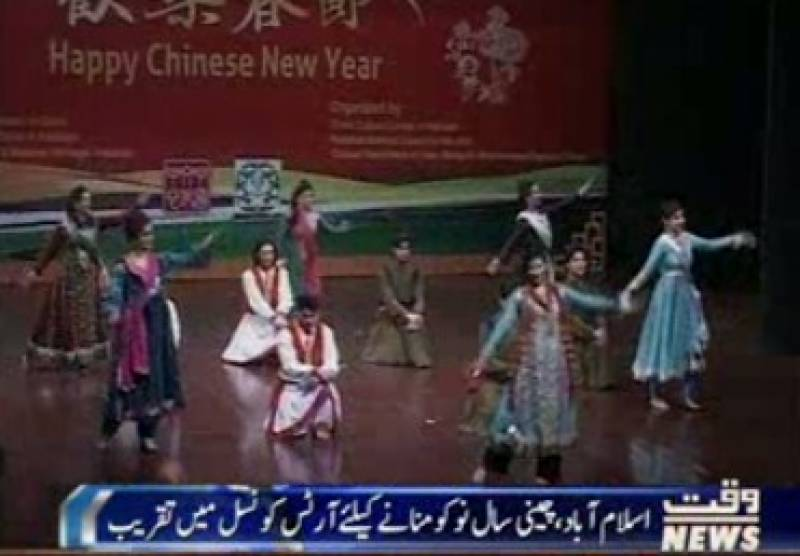 چین کے ثقافتی دلکش پہناووں میں سنورے محو رقص یہ فنکارجشن منا رہے ہیں