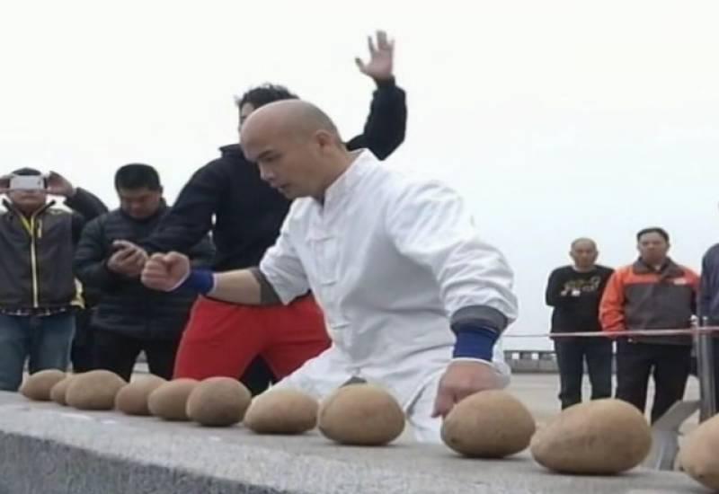 چینی نوجوان نے 48 سیکنڈ ز میں 150 ناریل توڑ ڈالے۔