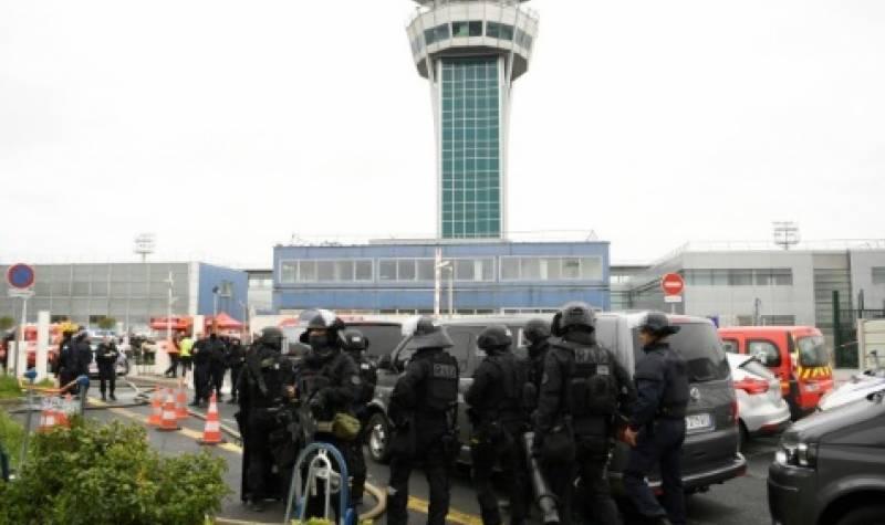 فرانس کے ایئرپورٹ پر سکیورٹی اہلکار کی گن چھیننے والا مشتبہ شخص فائرنگ کے تبادلے میں مارا گیا