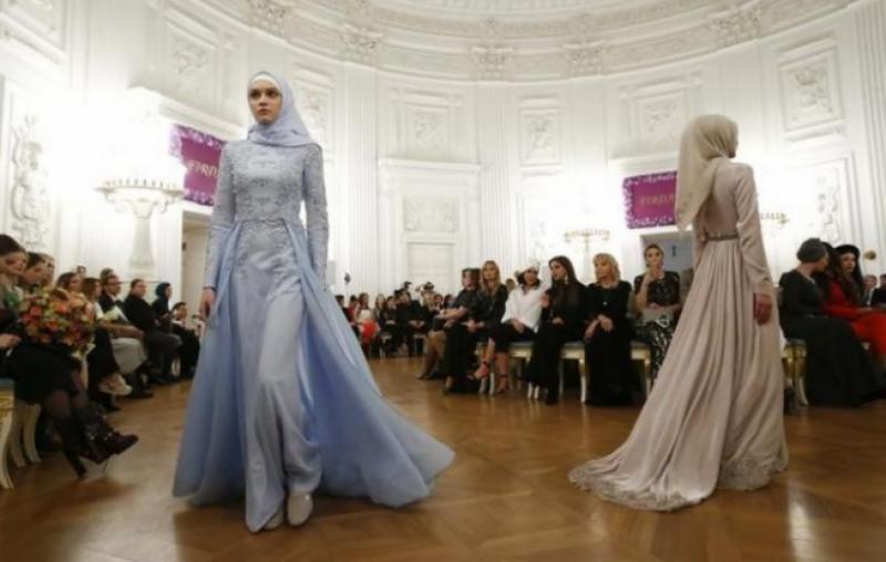 روس میں چیچنیا کی اٹھارہ سالہ لڑکی کے تیار کردہ ملبوسات توجہ کا مرکز بن گئے