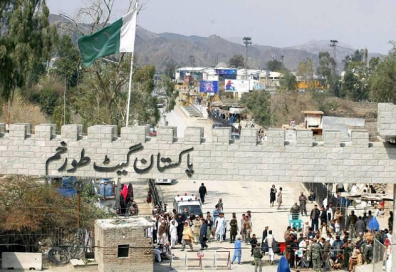 پاک افغان طورخم بارڈر کھولنے سے کئی روز سے معطل تجارتی سامان کی ترسیل شروع ہوگئی۔