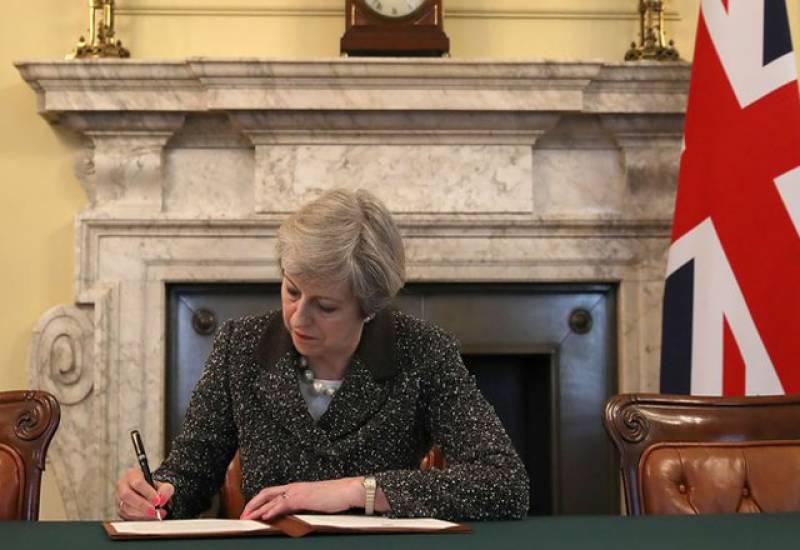 برطانیہ کی وزیراعظم ٹریسا مے نے 'بریگزٹ' کے خط پر دستخط کر دیئے۔