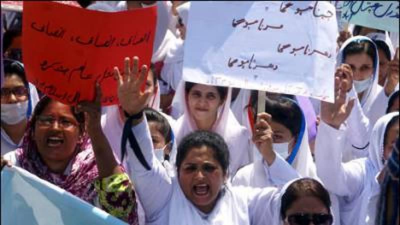 لاہور کے سروسز ہسپتال میں پیرا میڈیکل سٹاف کا احتجاج جاری ہے