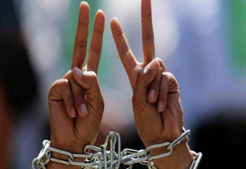 فلسطینی بچوں کا انسانی زنجیر بنا کر اسرائیلی جیلوں میں فلسطینی قیدیوں کے ساتھ اظہار یکجہتی کا اظہار