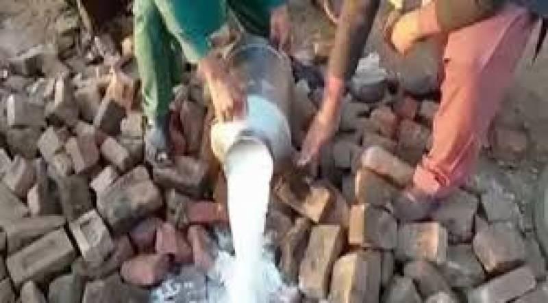 پنجاب فوڈ اتھارٹی نےمختلف شہروں میں ناقص دودھ کےخلاف بڑے پیمانے پر کارروائی کرتے ہوئے 24 ہزار لیٹرسے زیادہ دودھ ضائع کر دیا
