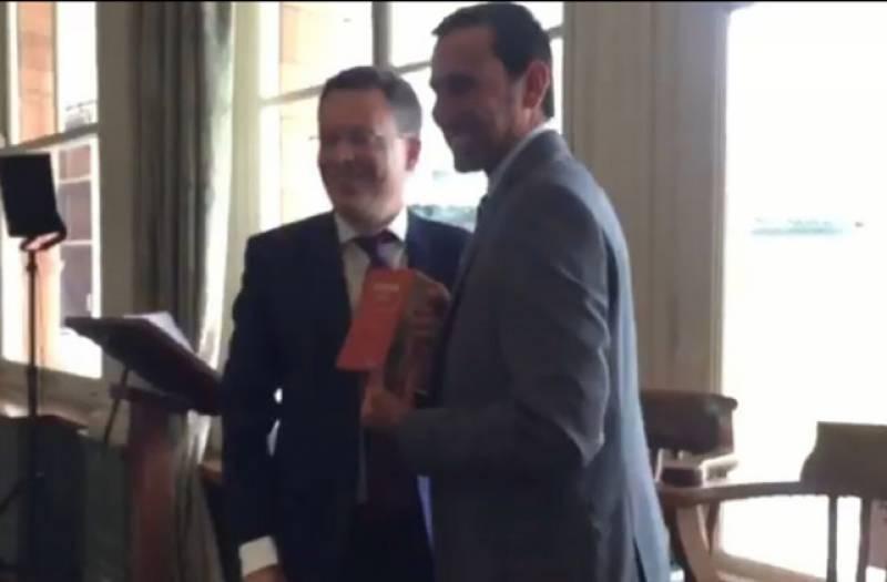 لارڈز کرکٹ گرائونڈ میں یونس خان کے اعزاز میں الوداعی تقریب،یونس خان کو  وزڈن لیدر بانڈ ایڈیشن دیاگیا۔
