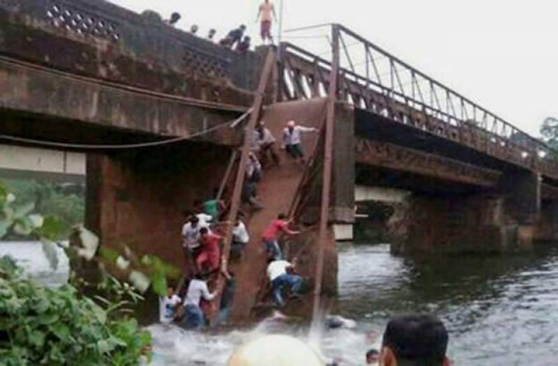 بھارت: 60 سال پرانا دریا کا پل گرگیا، کئی افراد لاپتہ، دولاشیں نکال لی گئیں۔