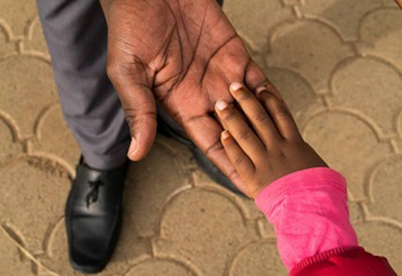 آدھے سے زیادہ بچے اپنے والد کے ساتھ کھیلنے اور ابتدائی تعلیمی سرگرمیوں سے محروم ہو چکے ہیں۔