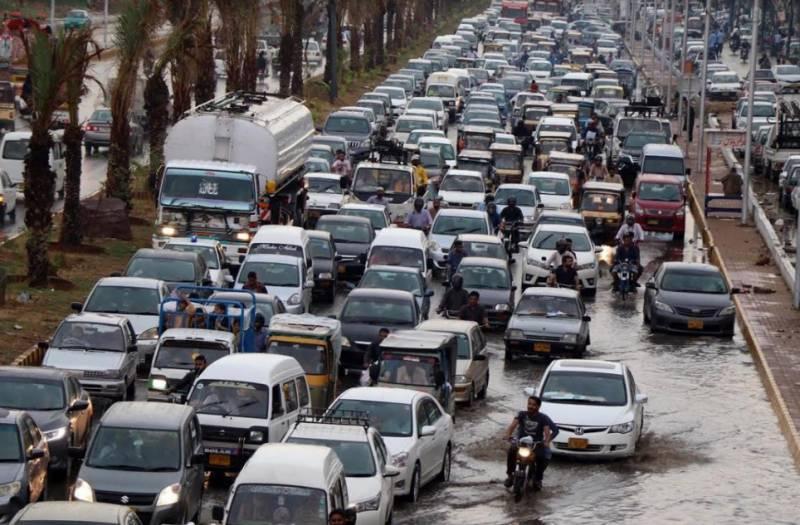 کراچی میں بارشوں نے نظام زندگی درہم برہم کر دیا۔