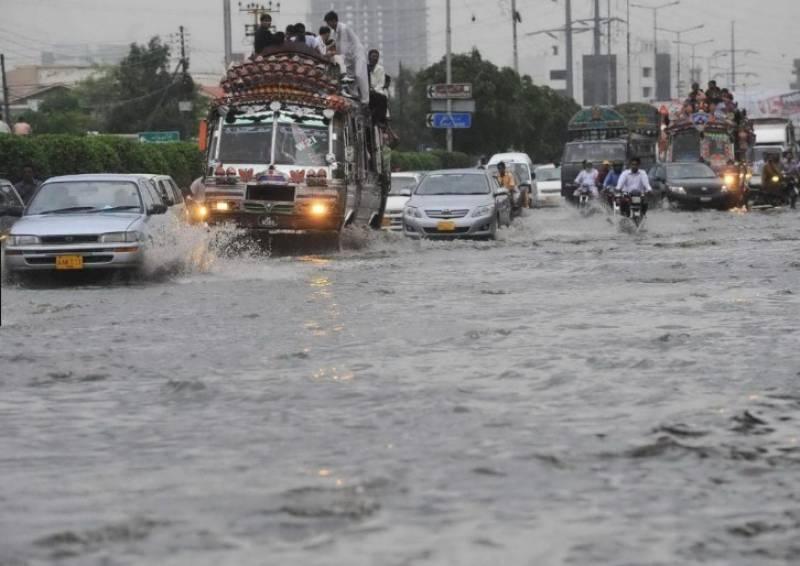 کراچی میں بارش سے اہم شاہراہیں بھی پانی میں ڈوب گئیں