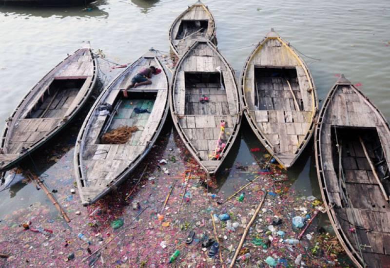 بھارت کے دریائے گنگا میں آلودگی کی سطح خطرناک حد تک پہنچ گئی۔