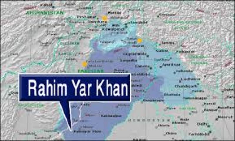 رحیم یار خان میں کراچی سے ملتان جانیوالا آئل ٹینکر بے قابو ہوکر الٹ گیا