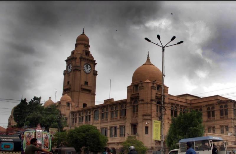 کراچی  میں ہوا موسم سہانا تو لوگوں کو مل گیا گھومنے کا  بہانا۔