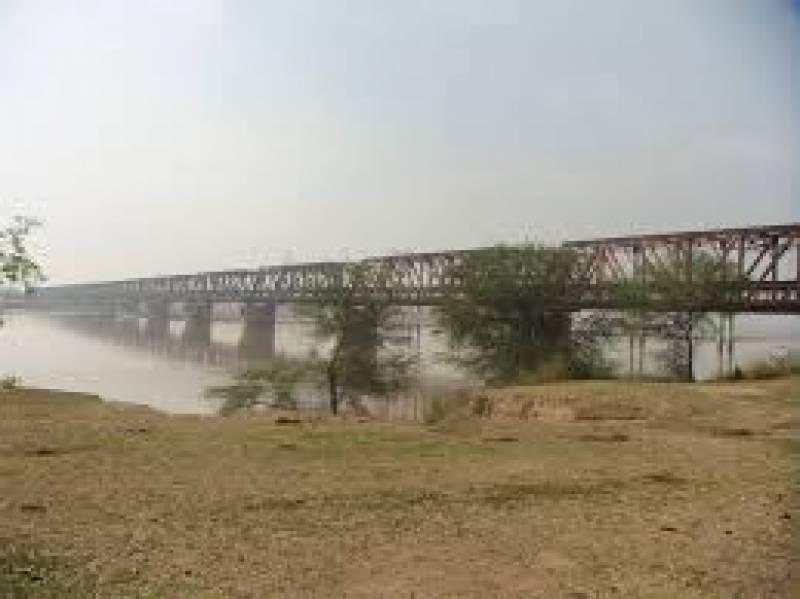 پنڈ دادن خان اور ملکوال کو ملانے والا  وکٹوریہ پل عام ٹریف کیلئے بند