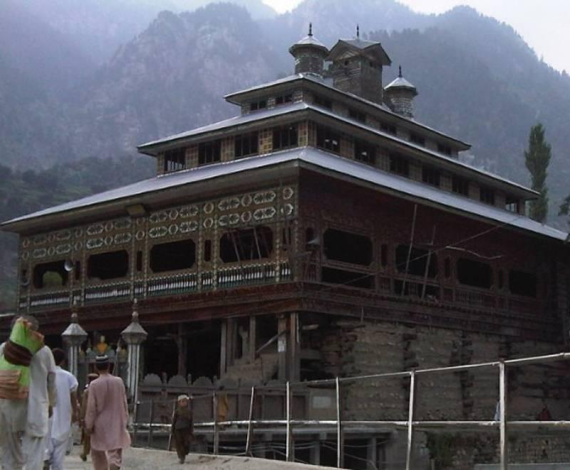دیر بالا میں وادی کمراٹ کے قریب لکڑی سے بنی مسجد ایک طرف فن تعمیر کا حسین نمونہ ہے