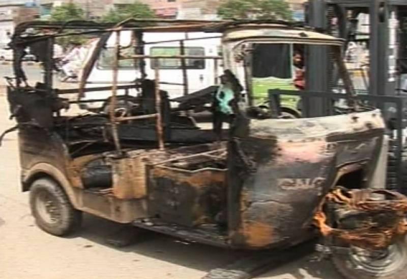 ٹریفک پولیس کے مظالم اور غلط چالان کٹنے پر رکشہ ڈرائیور نے احتجاج کرتے ہوئے رکشے کو نذر آتش کردیا۔