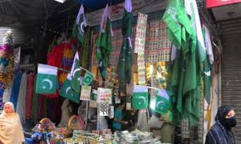 لبوں پر ملی نغمے اور جشن آزادی کی خریداری کرتے یہ ہیں کراچی کے شہری