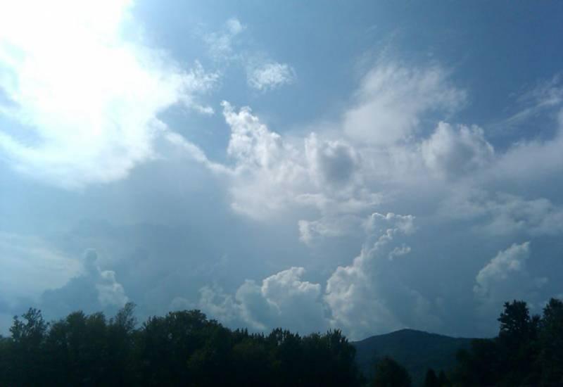 ملک میں بادلوں اور سورج کی آنکھ مچولی کاسلسلہ جاری ہے۔
