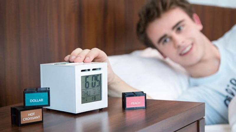صبح وقت پر جاگنے کے لیے سب الارم کا استعمال کرتے ہیں-