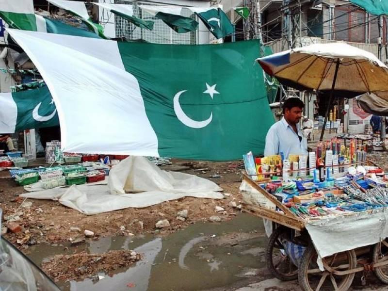 بیجزخریدنے میں مصروف ہے توکوئی سبزہلالی پرچم سے اپنی سواری سجا رہا ہے-