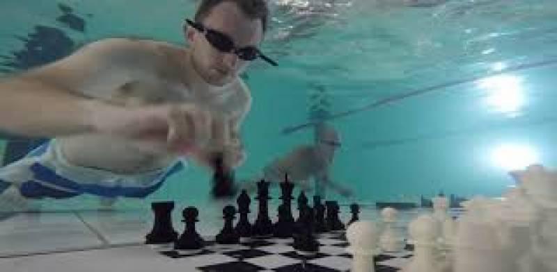 شطرنج ایک سنجیدہ نوعیت کا کھیل ہے جسے کھیلتے ہوئے کھلاڑیوں کو اپنی تمام توجہ صرف شطرنج پر مرکوز رکھنی پڑتی ہے