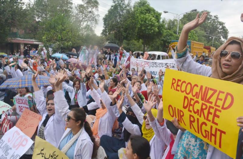 لاہور گنگا رام ہسپتال کے سامنے فاطمہ جناح میڈیکل یونیورسٹی کی طالبات نے احتجاجی مظاہرہ کیا
