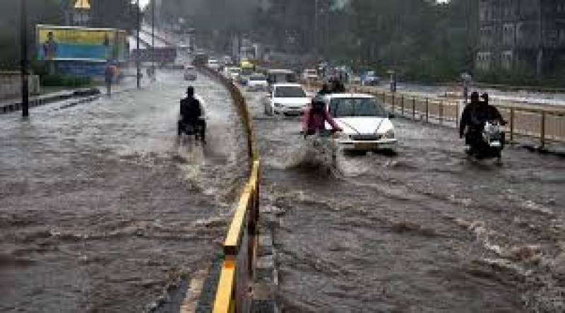 بھارت کی  سڑکیں پانی میں ڈوب گئیں