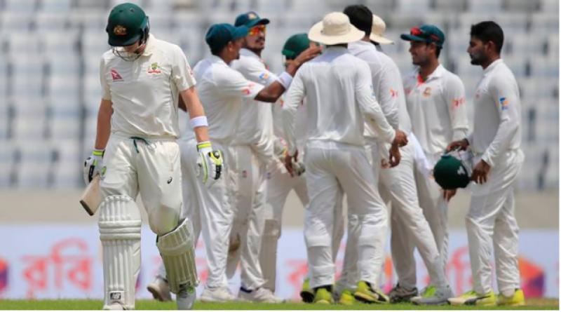 بنگلہ دیش نے پہلے ٹیسٹ میچ میں آسٹریلیا کو بیس رنز سے اپ سیٹ شکست دے کر سیریز میں ایک صفرکی برتری حاصل کرلی