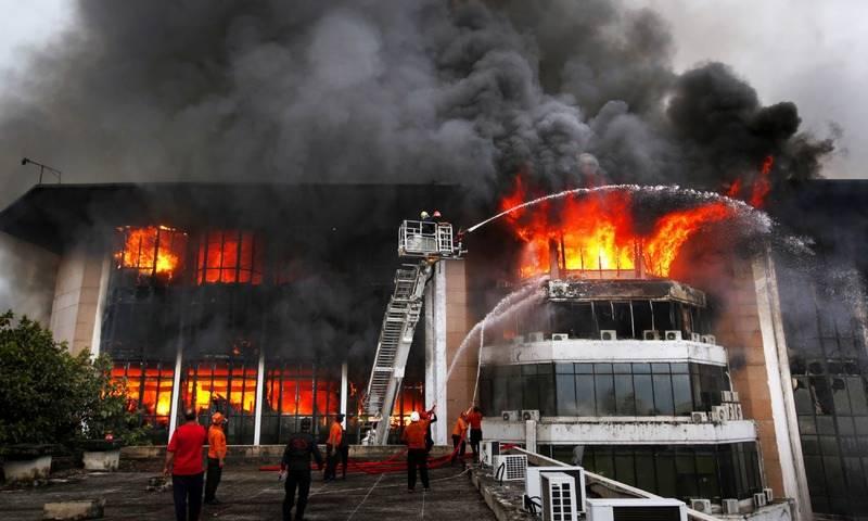وفاقی دارالحکومت کے ریڈزون میں واقع عوامی مرکز میں لگنے والی آگ 10 گھنٹے کی طویل جدوجہد کے بعد بجھا دی گئی۔واقعے کے نتیجے میں2افراد جاں بحق