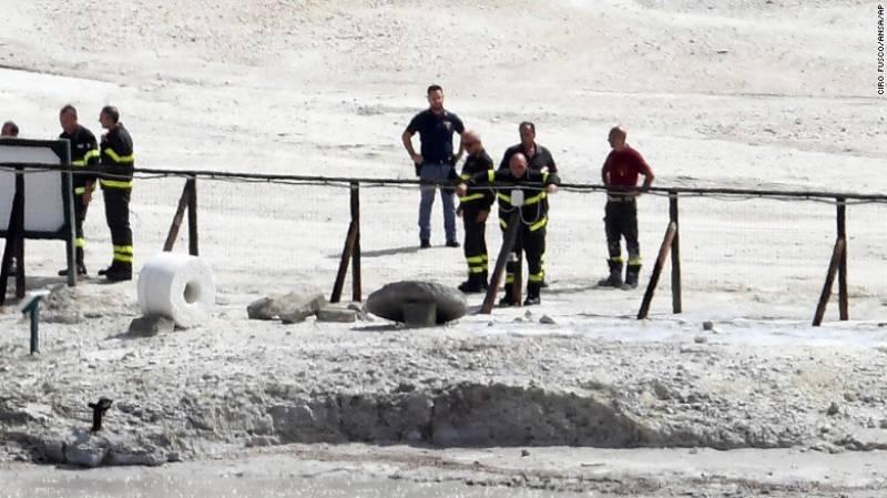ایک ساکن آتش فشاں کے دہانے میں گرنے کے نتیجے میں ایک لڑکا اور اس کے والدین ہلاک