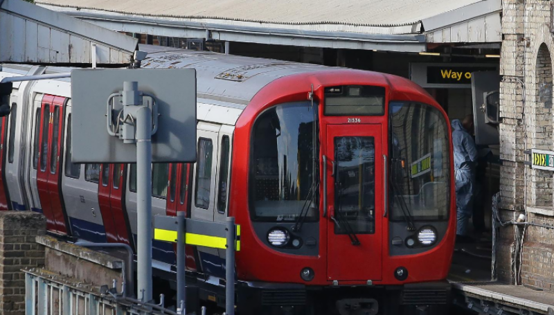 مغربی لندن میں زیرزمین ٹرین سٹیشن پر دھماکے کے بعد برطانوی وزیراعظم نے کابینہ کا ہنگامی اجلاس طلب کرلیا
